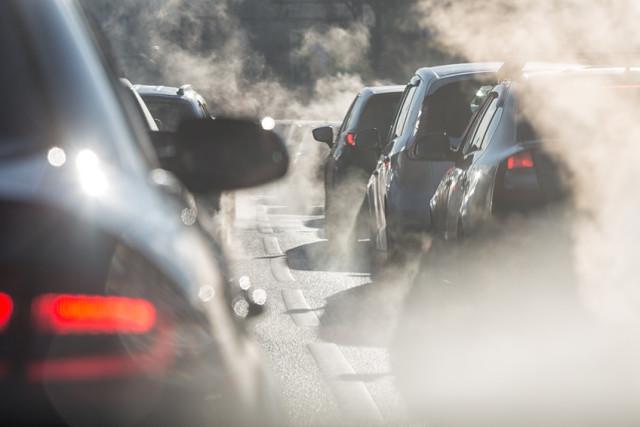 Dieselabgase auf der Straße im Stau