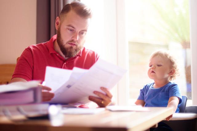 Vater und Sohn schauen Rechnungen durch