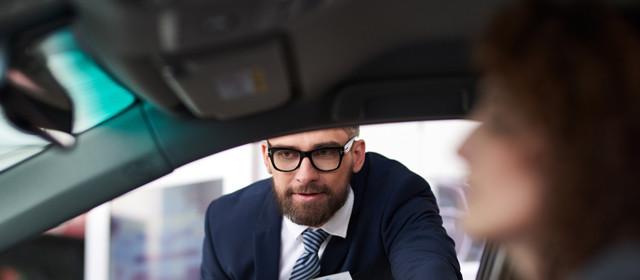 Verkäufer im Autohaus