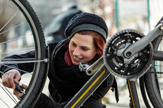 Frau repariert ihr Fahrrad