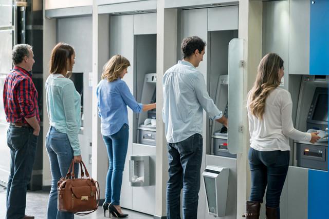 Kunden am Geldautomaten