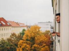 Mieter schaut aus dem Fenster