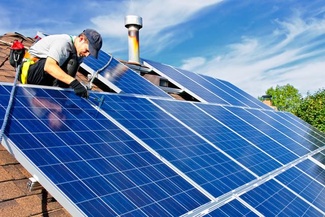 Handwerker montiert Solardach