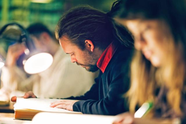 Studierende im Lesesaal