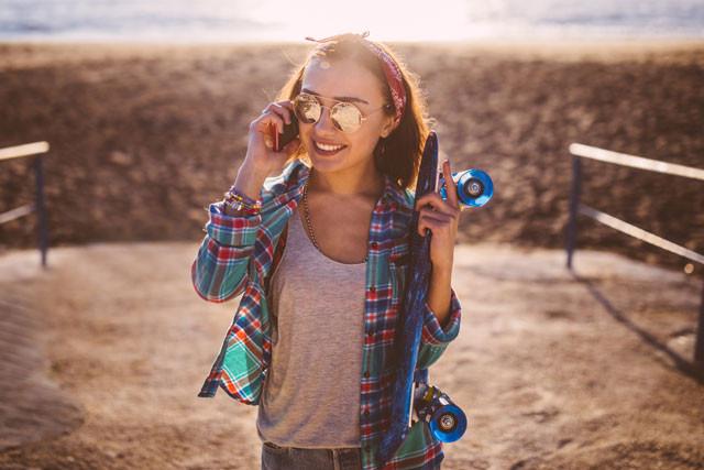 Frau telefoniert am Strand