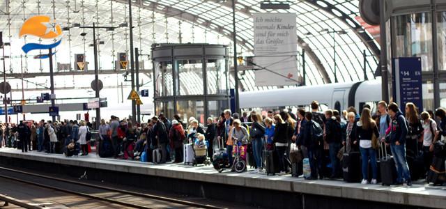 Wartende Bahnreisende