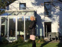 Mona Bahnassawy vor ihrem Haus.