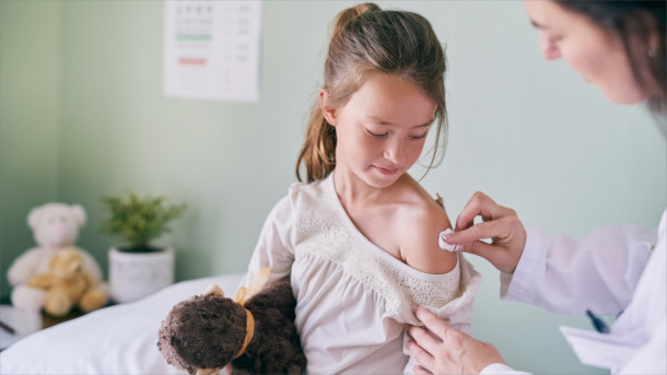 Mädchen wird geimpft