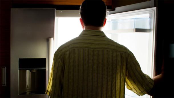 Mann vorm Kühlschrank
