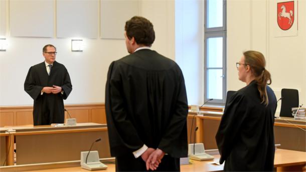Die Rechtsanwälte der Anklage (mit Rücken zur Kamera) sowie der Anwalt von VW.