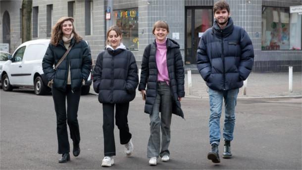 Sofie, Lena, Jana und Linus auf dem Weg zum Einkauf.