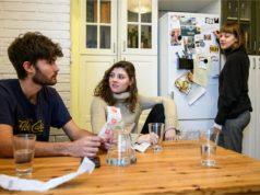 Linus, Sofie und Jana kontrollieren ihre Kosten.