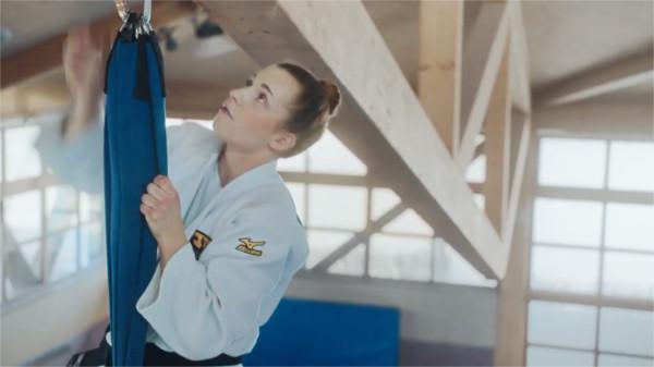 Die deutsche Judo-Weltmeisterin Theresa Stoll klettert in einer Sporthalle an einem Seil an die Decke