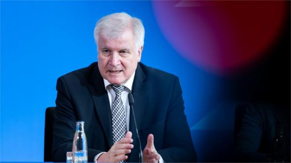 Horst Seehofer bei einer Pressekonferenz zum Gesetzesvorschlag für das Wohngeld