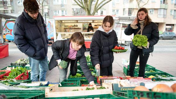 Die Studi-WG ist auf dem Wochenmarkt und kauft Gemüse