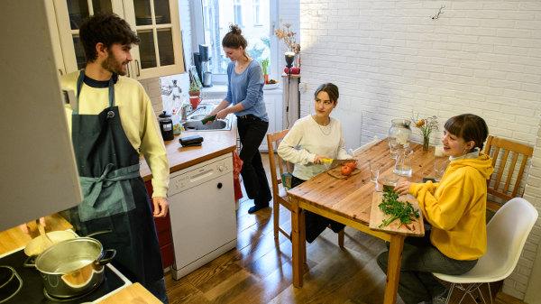 Die Studeninnen schnibbeln Gemüse, kochen und unterhalten sich dabei