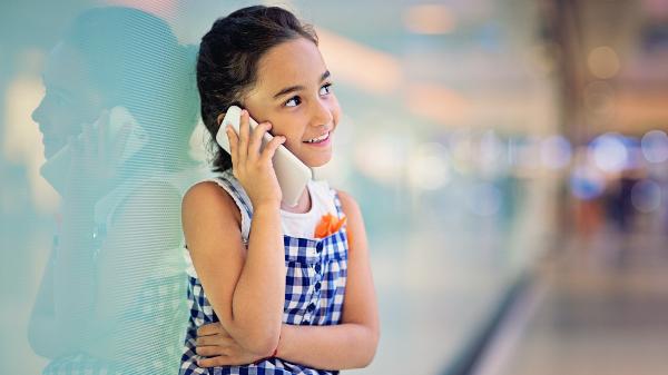 Junge südländisches Mädchen telefoniert