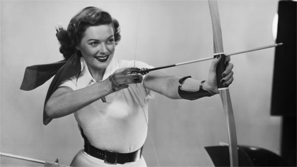 Frau zielt mit Bogen