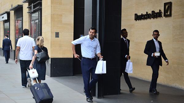 Ehemalige Mitarbeiter der Deutschen Bank in London verlassen ihre Büros