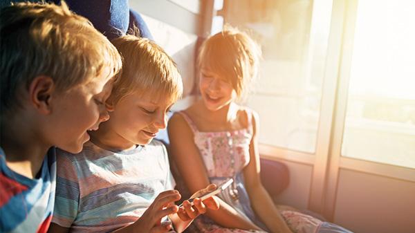 Kinder im Zug