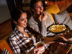 Freundinnen beim Videoschauen