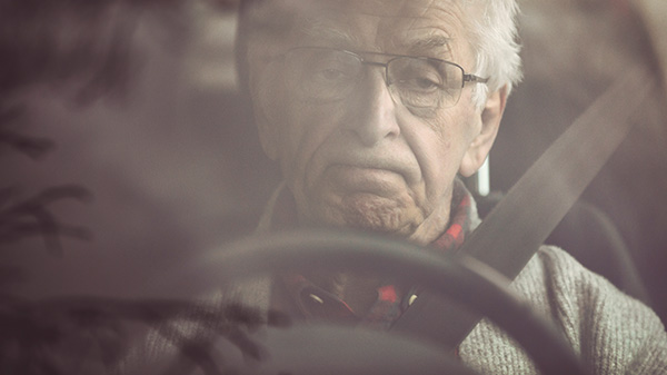 Rentner fährt Auto
