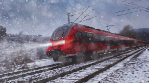 Interregio der Bahn fährt durch den Schnee