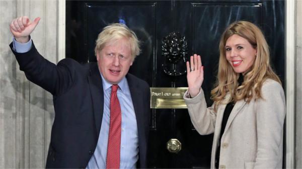 Boris Johnson mit seiner Freundin vor dem Wohnsitz Downing Street Number 10