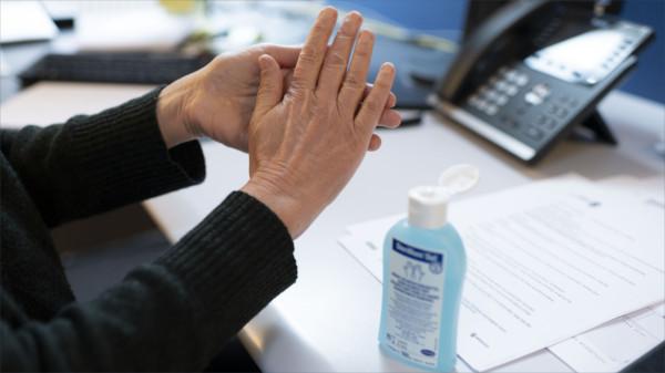 Hände desinfizieren im Büro