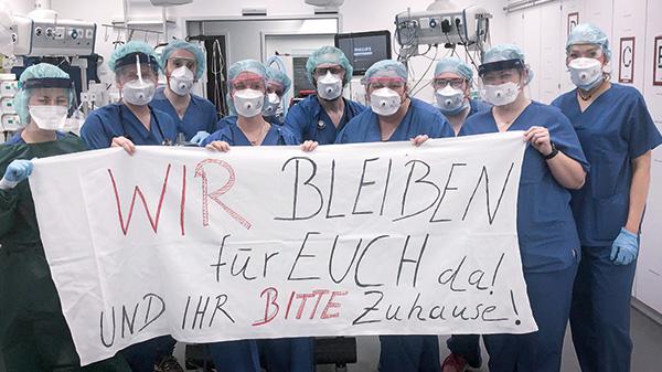 """""""Wir bleiben für Euch da! Und Ihr bitte Zuhause"""". Medizinisches Team an der Uniklinik Essen."""