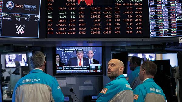 Börsianer in New York lauschen der Ansprache Ihres Präsidenten.