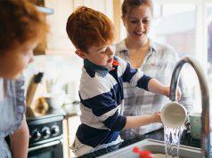 Familie macht Abwasch