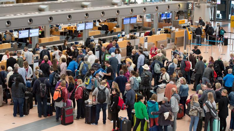 Fluggäste in Schlange