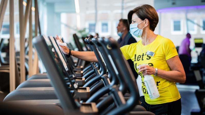 Fitnessclub Frau mit Maske