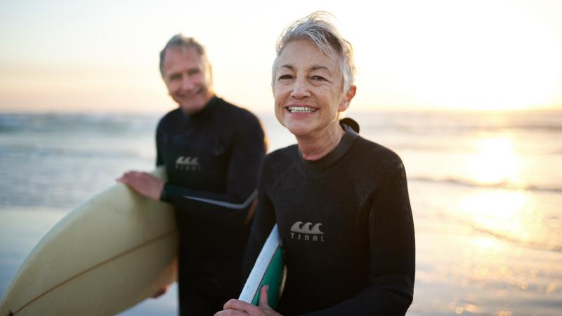Rentner beim Surfen