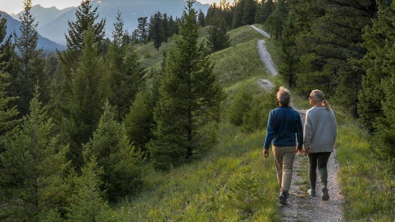 Rentner Paar auf Wanderweg mit Ausblick