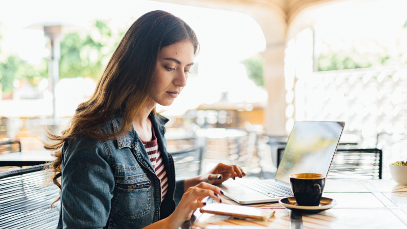 Frau arbeitet in Cafe