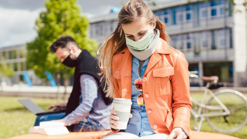 Studentin mit Mundschutz
