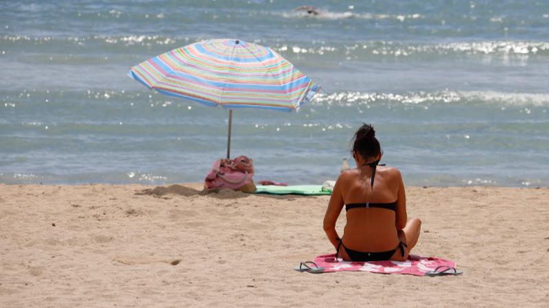 Frau alleine am Strand
