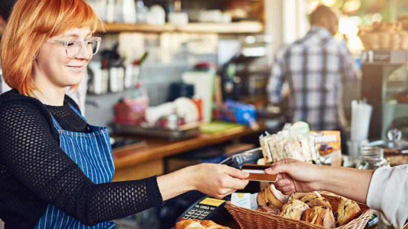 Bezahlen mit Karte im Cafe