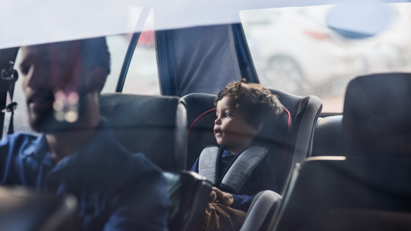 Vater und Sohn im Auto