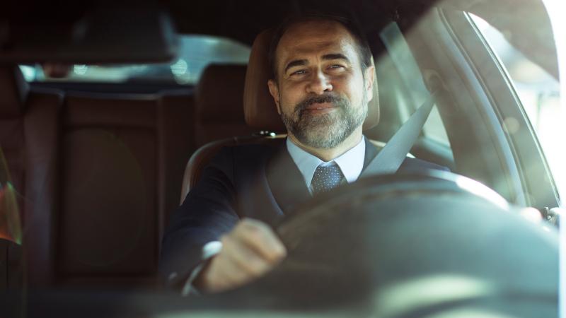 Geschäftsmann im Auto