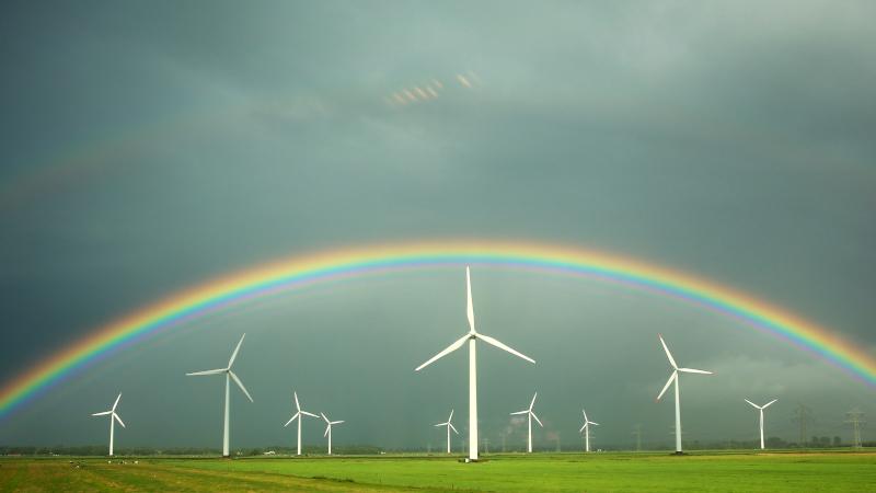 Regenbogen über Windrädern