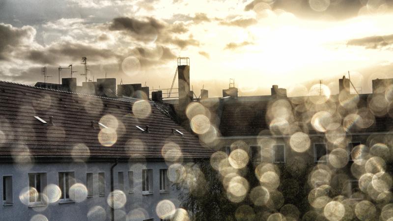 Mietshäuser nach Regenfall