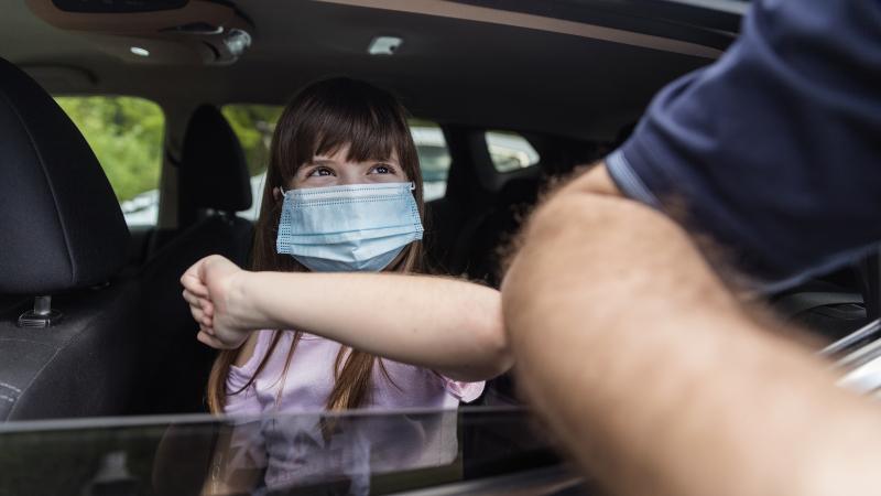 Mädchen mit Maske im Auto
