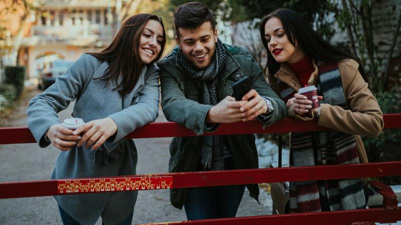Jugendliche am Handy