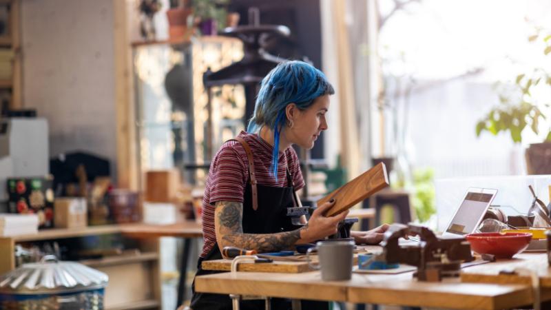 Freelancerin in ihrer Werkstatt