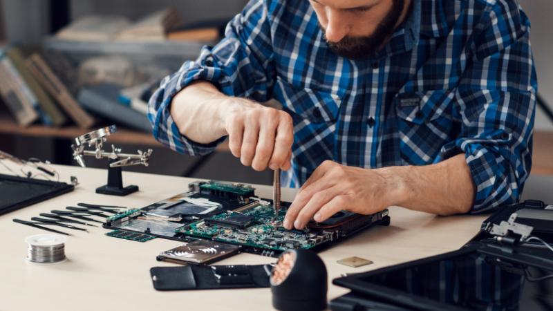 Selbstständiger bei der Computerreparatur