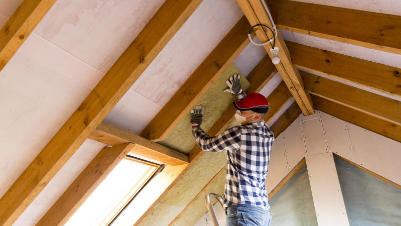 Handwerker installiert Dämmung