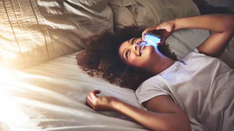 Langes Telefonat im Bett
